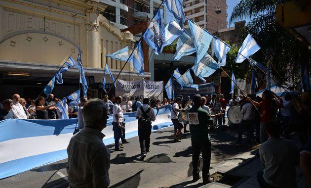 Integrantes de Asociación de Empleados de Comercio en una manifestación frente a Coto.