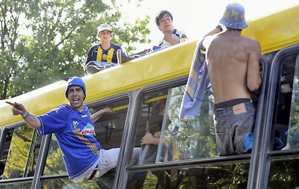 Hinchas de Central que fueron a ver el partido del sábado pasado frente a Tigre al Gigante viajan arriba de un micro urbano y colgados de las ventanas de la unidad. (E.Rodríguez)