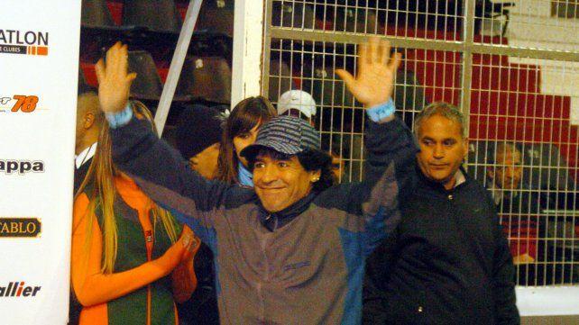 Diego Maradona saluda en un estadio cubierto repleto de gente que llegó para verlo.  24de julio de 2008.