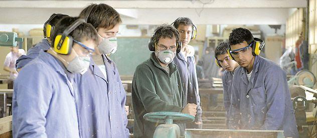Con maderas en el taller. Los chicos de la escuela 466 General Savio ya pusieron manos a la obra. (Foto: Angel Amaya)