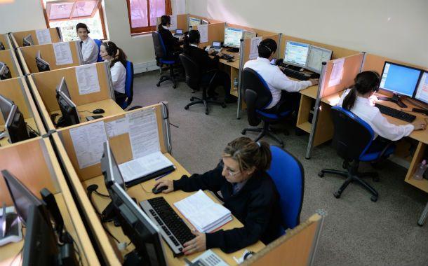 En acción. El sistema de emergencias 911 funciona en el segundo piso de la sede local de Gobernación. Cada turno cuenta con 14 operadores.