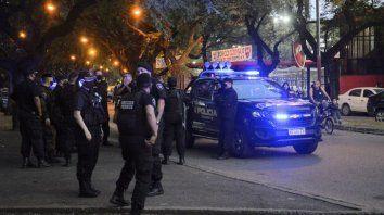 Control. Varios móviles policiales y una veintena de agentes recorrieron las inmediaciones del Coloso en la previa al clásico. (Gentileza: Mauro Termo Yasprizza)