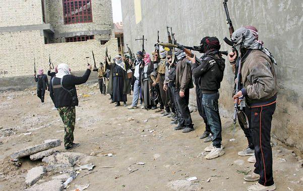 Al combate. Una columna de milicianos sunitas tribales se alista en la periferia de Faluya.