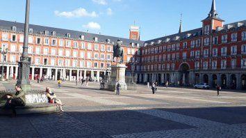 La Plaza Mayor, un ícono de Madrid, luce casi desierta la tarde del sábado.