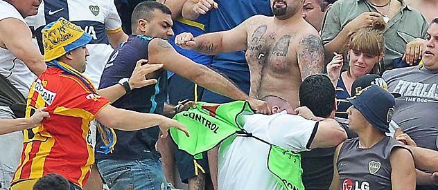 Locura. Un agente de seguridad es agredido por hinchas visitantes.