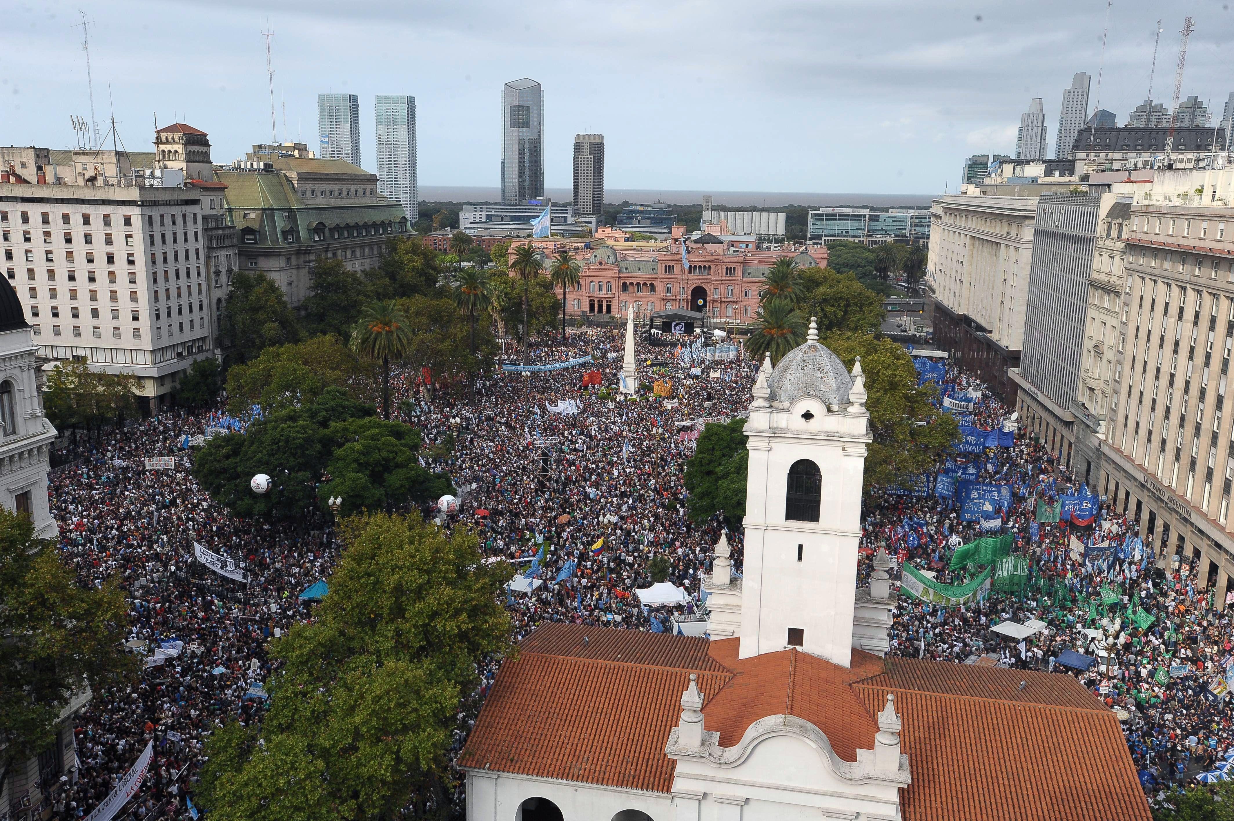 Plaza llena. Organizaciones de derechos humanos y militantes de organizaciones sociales se concentraron frente a la Rosada. (Foto Télam)