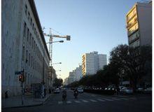 Una gran grúa opera sin vallado en los Tribunales provinciales de Rosario