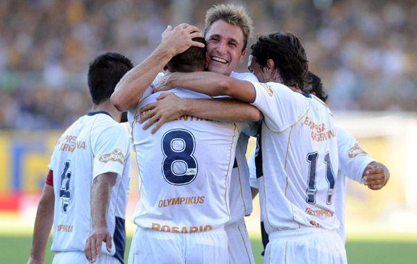 Partido liquidado. Valentini abraza a Jesús Méndez luego de que el mendocino marcara el segundo gol frente a Patronato. Diego Lagos también se suma al festejo.