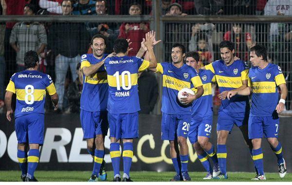 Xeneize unido. Los jugadores de Boca van al encuentro del ex Newell's Insaurralde