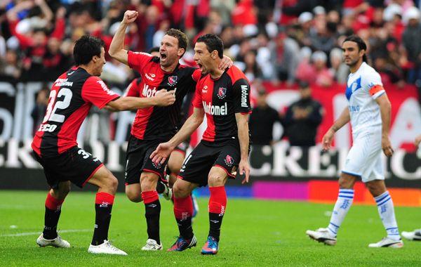 Un grito para estar arriba. Maxi Rodríguez ya hizo el gol y se unen al festejo Bernardi y Scocco. (Foto: Alfredo Celoria)