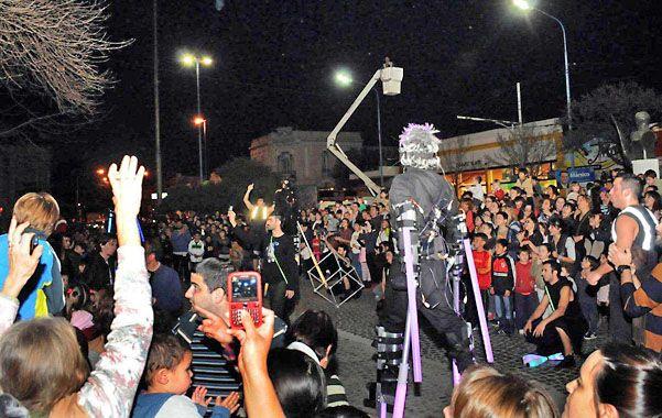 """De fiesta. Una multitud acompañó a """"Electroarte Soundsystem""""."""