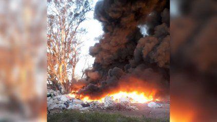 Un incendio en Villa Gobernador Gálvez generó una columna de humo que se vio desde Rosario