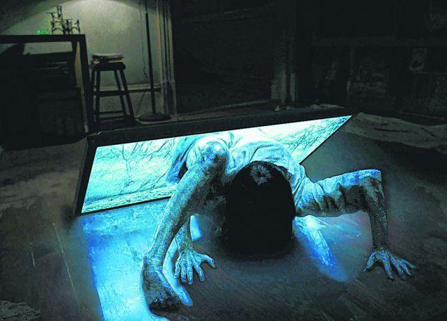 Como en 3D. El personaje de Samara atraviesa la pantalla chica y se hace real en la casa de espectador.