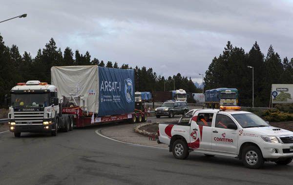 El camión que traslada el satélite Arsat-1 llega al aeropuerto de San Carlos de Bariloche. (Foto: NA)