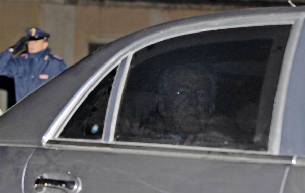 La salida. Mario Monti sale de la sede de gobierno tras anunciar al presidente su alejamiento del cargo.