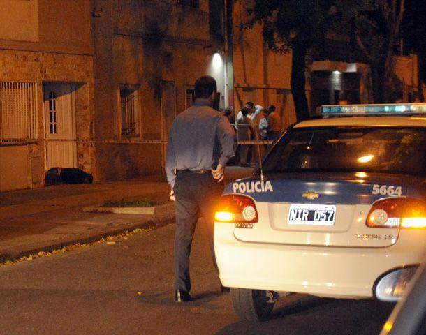 El cuerpo de Aldo Cristian Acosta fue encontrado frente a la casa que aparentemente intentó robar. (Foto: V. Benedetto)