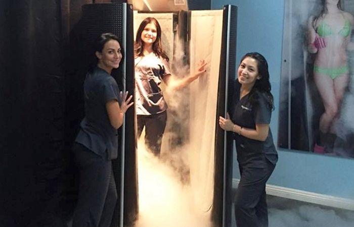 Chelsea Ake-Salvacion (derecha) durante una exhibición de la cámara de crioterapia.
