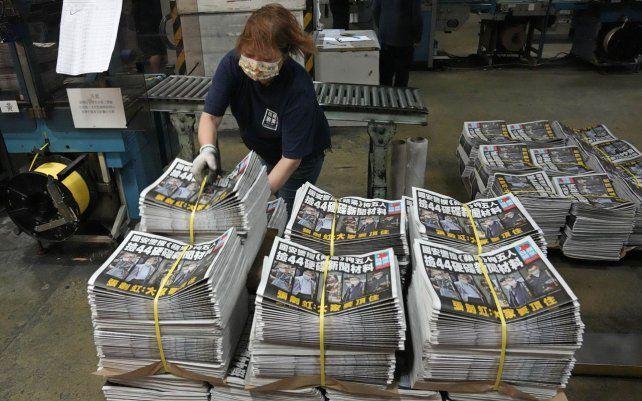 Un trabajador empaca copias del periódico Apple Daily. El periódico a favor de la democracia de Hong Kong