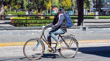 Precauciones. Un ciclista circula por las calles de Rosario con barbijo, un hábito social que se afianza.