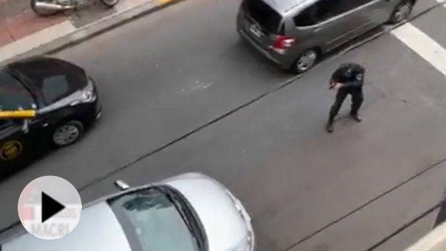 Un video muestra cómo un policía arriesga su vida para detener a delincuentes