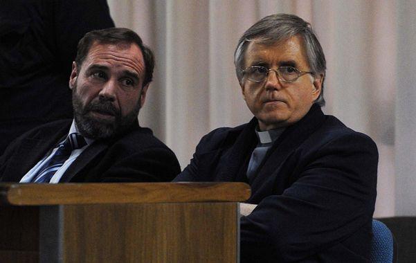 Hasta las manos. El padre Julio César Grassi es retirado del tribunal por la policía