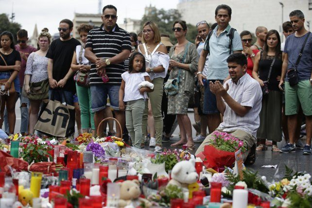 Un hombre reza en el memorial donde se le rinde tributo a las víctimas del ataque terrorista.