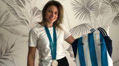 Ayelén Stepnik hoy, con aquella camiseta emblemática y la medalla de plata histórica de Sydney 2000.