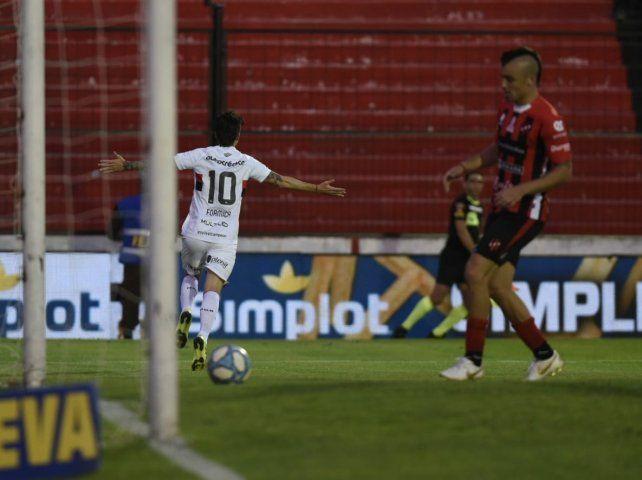 Newells goleó a Patronato en Paraná y se alejó de la zona baja del promedio