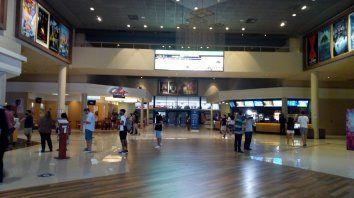 Los chicos dominaron el hall central del complejo Showcase en el primer día de proyecciones post pandemia.