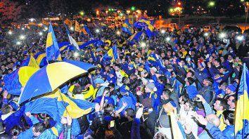 Con bandera. Hubo muchos más hinchas de Boca a la noche que asistentes al acto del presidente Mauricio Macri, reconocido xeneize, a la mañana en el Monumento.
