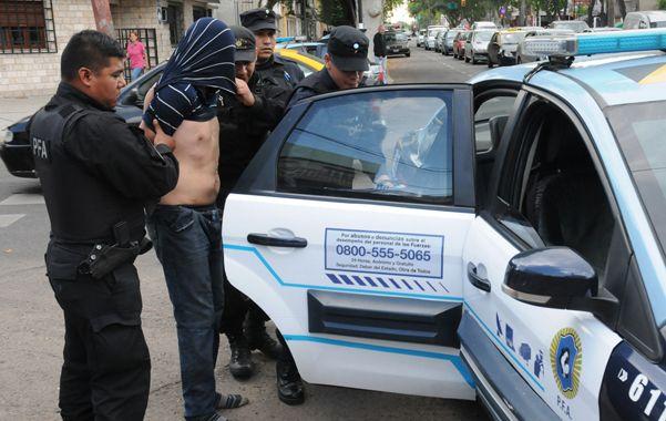 Procedimiento. Los agentes federales se llevan detenido a una persona en uno de sus primeros operativos. (Foto gentileza Rosario 12)