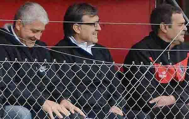 Martino siempre está. El entrenador de la selección argentina siguió a los pibes en Bella Vista.