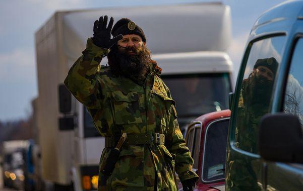 Máxima tensión. Un paramilitar de origen serbio dirige el tránsito en la autopista a la base naval de Sebastopol.