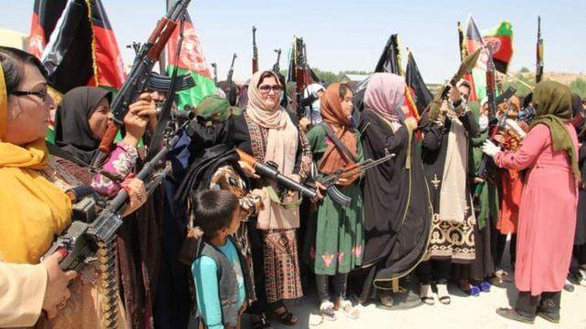 Las mujeres afganas se arman para defender su dignidad y derechos.