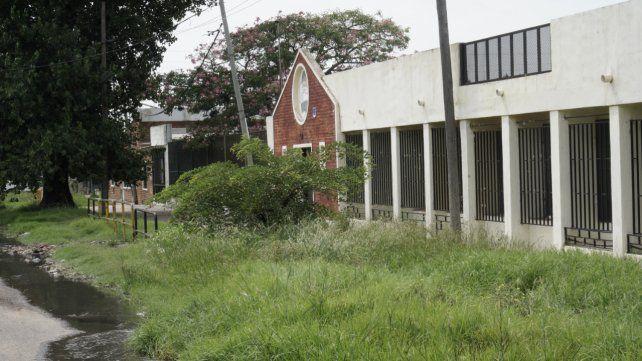 No todas en condiciones: la escuela José Mariano Serrano se encuentra enclavada entre altos yuyos y aguas servidas.