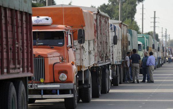 Un clásico. Larguísimas filas de camiones son una constante en Rosario durante la época de cosecha.