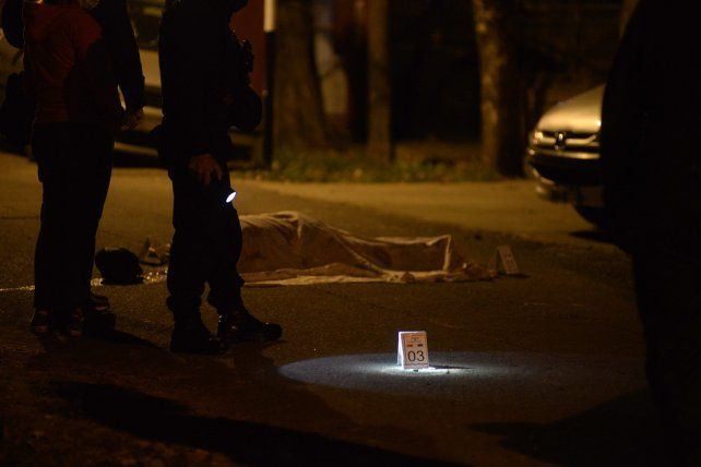 El cadáver de Hugo Hernán Borda quedó tendido en el suelo producto de los disparos que le efectuaron desde un auto.