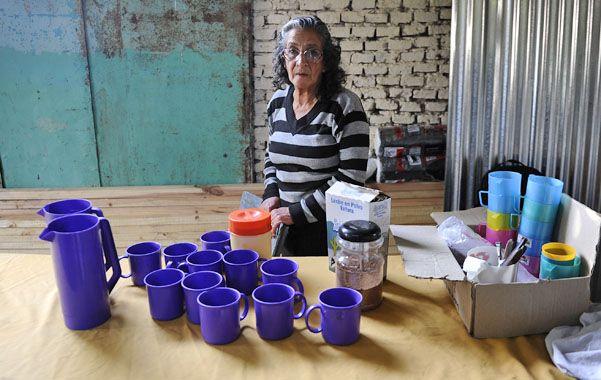 A tomar la leche. Marina espera a los chicos en su humilde vivienda de pasaje Hutchinson al 4200.  (foto: Francisco Guillén)