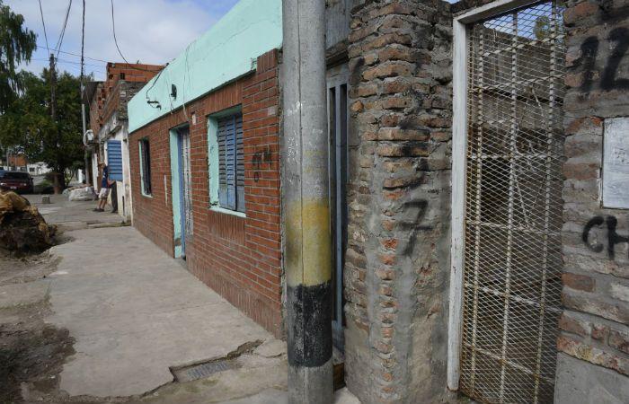 El lugar. El cuerpo sin vida de Gustavo El mono Sandoval cayó junto a la puerta de hierro enrejado de la derecha.