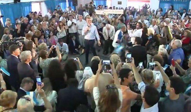 Macri visitó un centro de jubilados y aseguró que el gobierno ha logrado poner la inflación bajo control