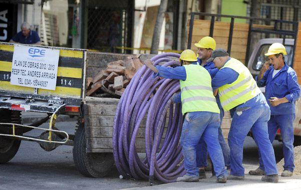 En obras. La modificación de redes obsoletas es clave para soportar la alta demanda de la época estival. (Foto: C. Mutti Lovera)