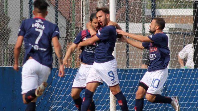 Festejo charrúa. José Vizcarra anotó de penal el primero del matador en Gerli ante El Porvenir. Gran triunfo del equipo de barrio Tablada.