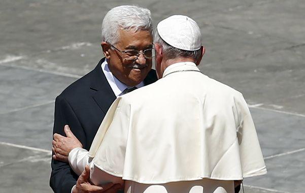 amigos y aliados. Francisco se abraza con el mandatario palestino Abbas en la plaza San Pedro.