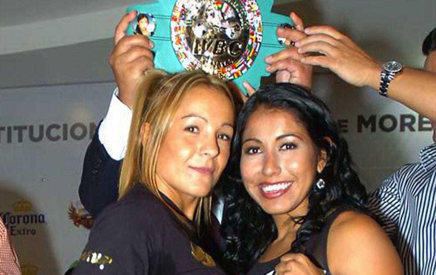 Revés. Bopp (izquierda) perdió su primera pelea ante la mexicana Kika Chávez.