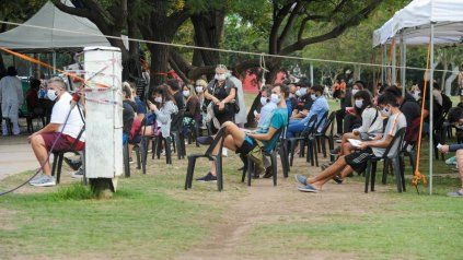 TESTEOS. testeos. Gente esperando practicarse el hisopado en el puesto sanitario cercano a bulevar Oroño y el río.