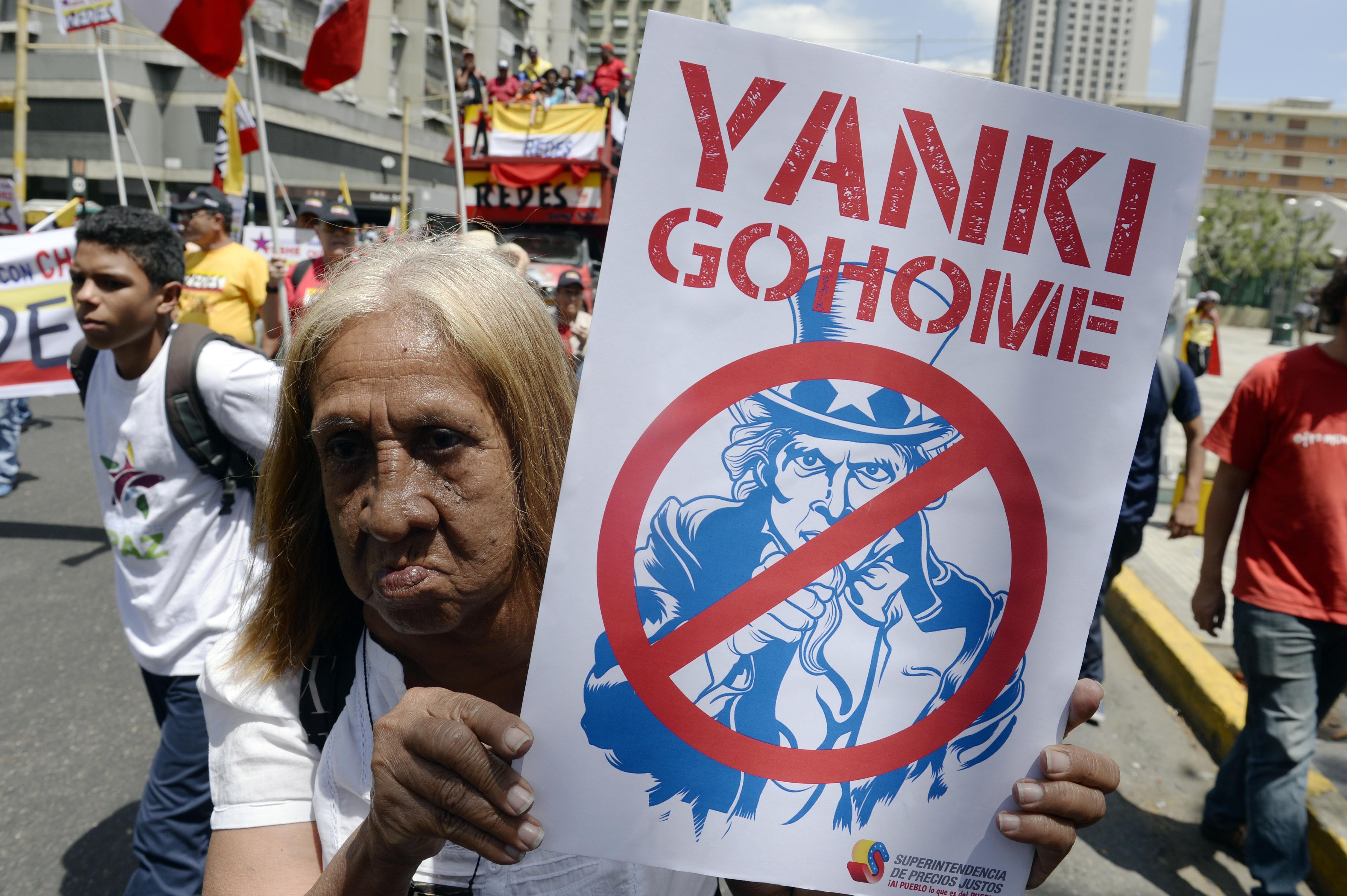 En la calle. Una venezolana lleva un afiche con expresiones contra EEUU.