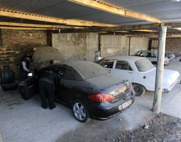 Garaje. Un Peugeot 307 de los Cantero secuestrado en pasaje Blanco al 6000 complica a personal de Automotores.
