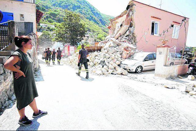 día después. Una habitante de la isla observa los daños dejados por el terremoto en una de las viviendas.