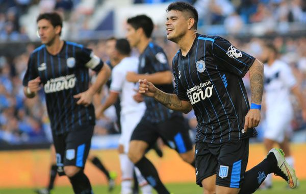 Gustavo Bou festeja su gol de penal