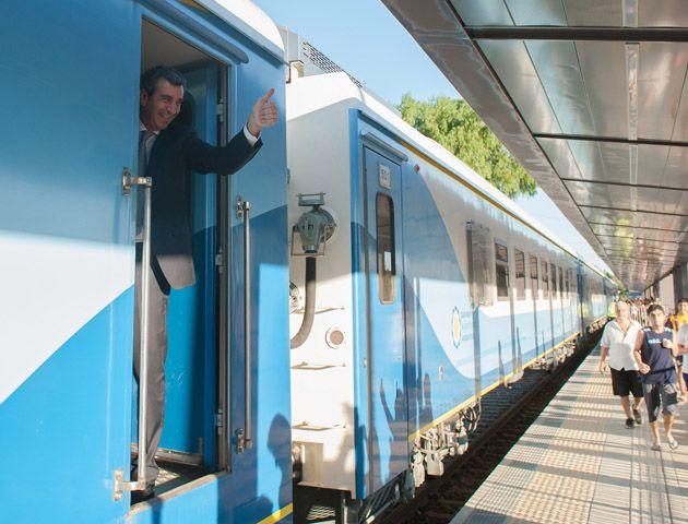 El ministro Randazzo dijo que además de la puesta en servicio del tren se avanzará en la renovación total de 517 kilómetros de vías.